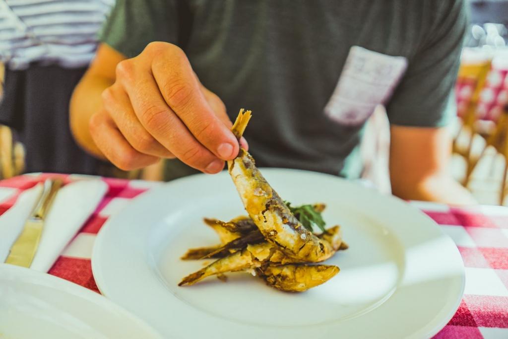 gegrilde vis eten in porto