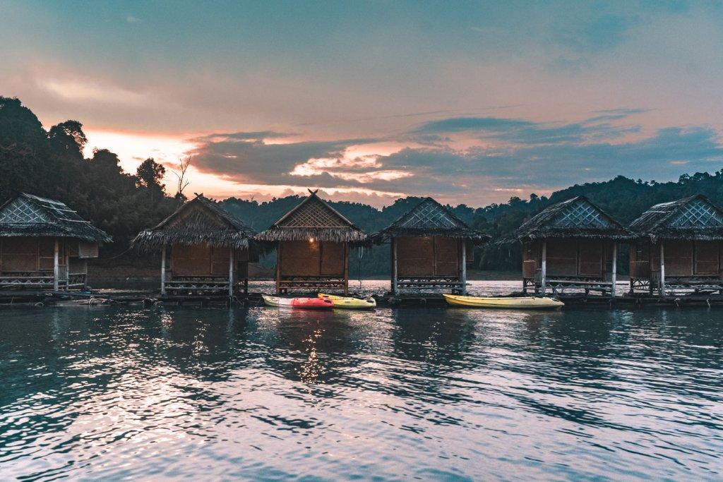 slapen op water thailand floating houses