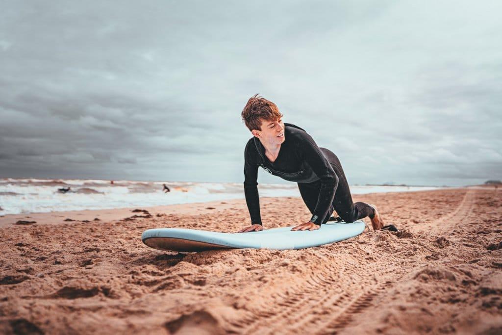 leren surfen aan zee