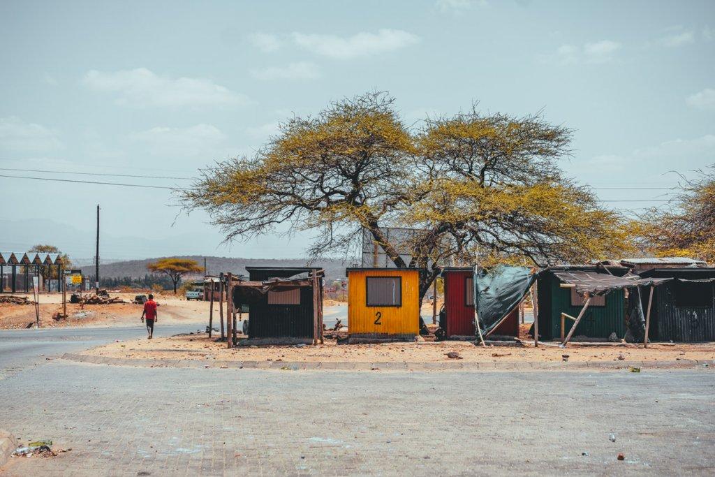 vrijwilligers werk doen in een klein dorp in afrika