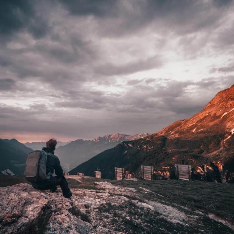 wandelen in de morgen zwitserse alpen