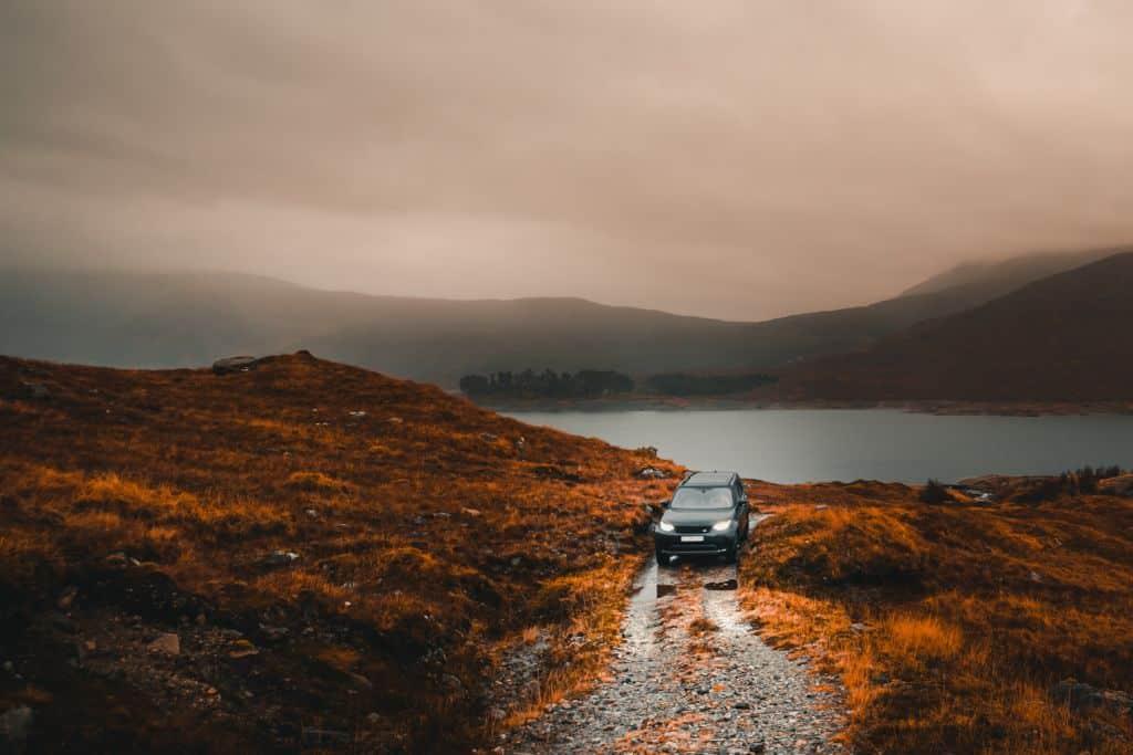 Roadtrippen door Schotland: met de auto op de ferry of het vliegtuig?