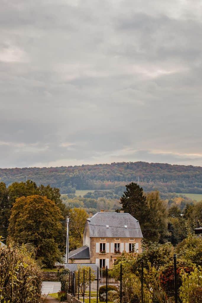 uitzicht met huis Florenville, bossen in de achtergrond
