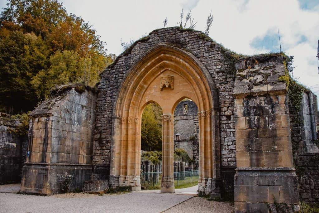 de poort van de ruïnes in de abdij van orval