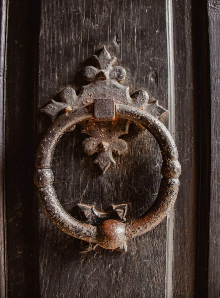 deur met klopper in abdij van orval