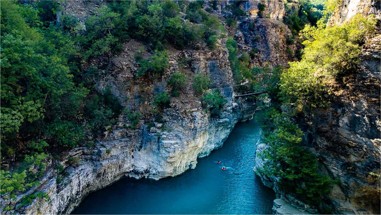zwemmen in de kloof van osumi canyon kloof mooiste van europa