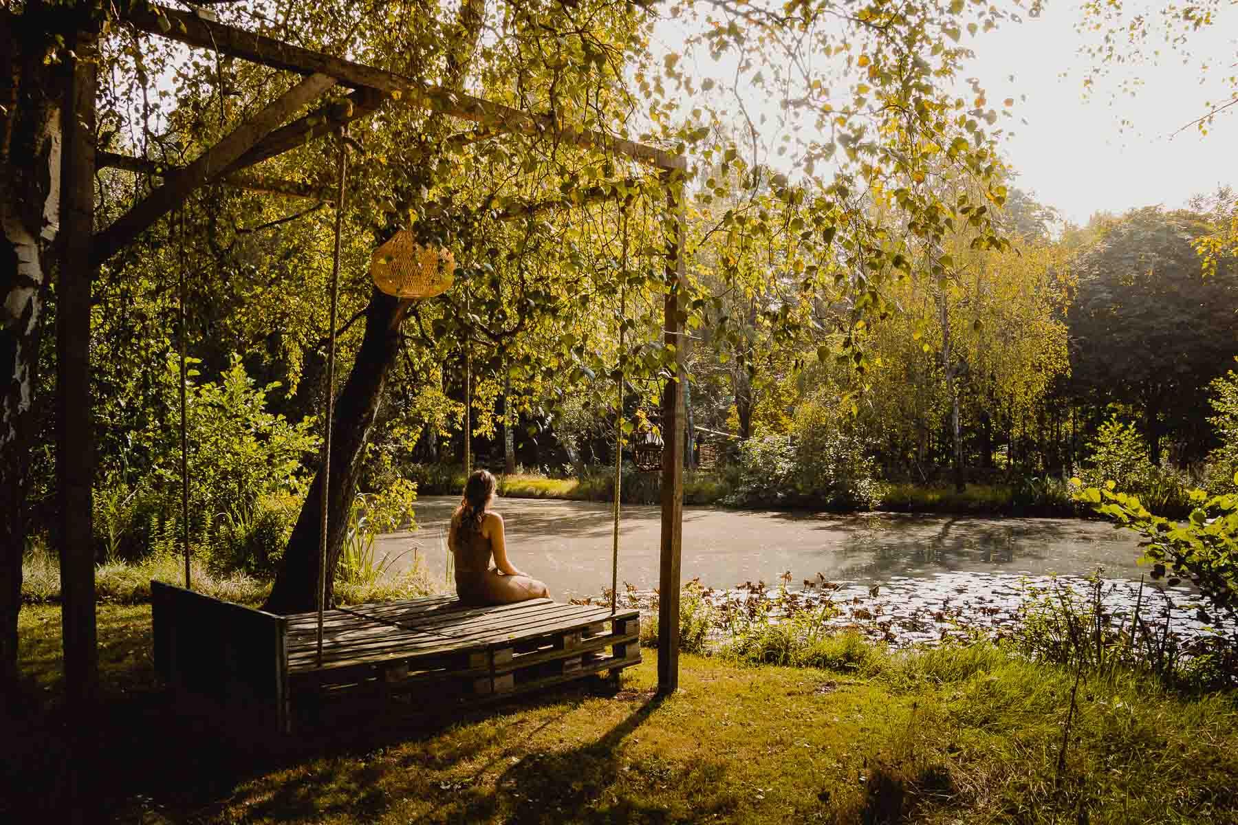 relaxen aan de vijver naast het tenthuis